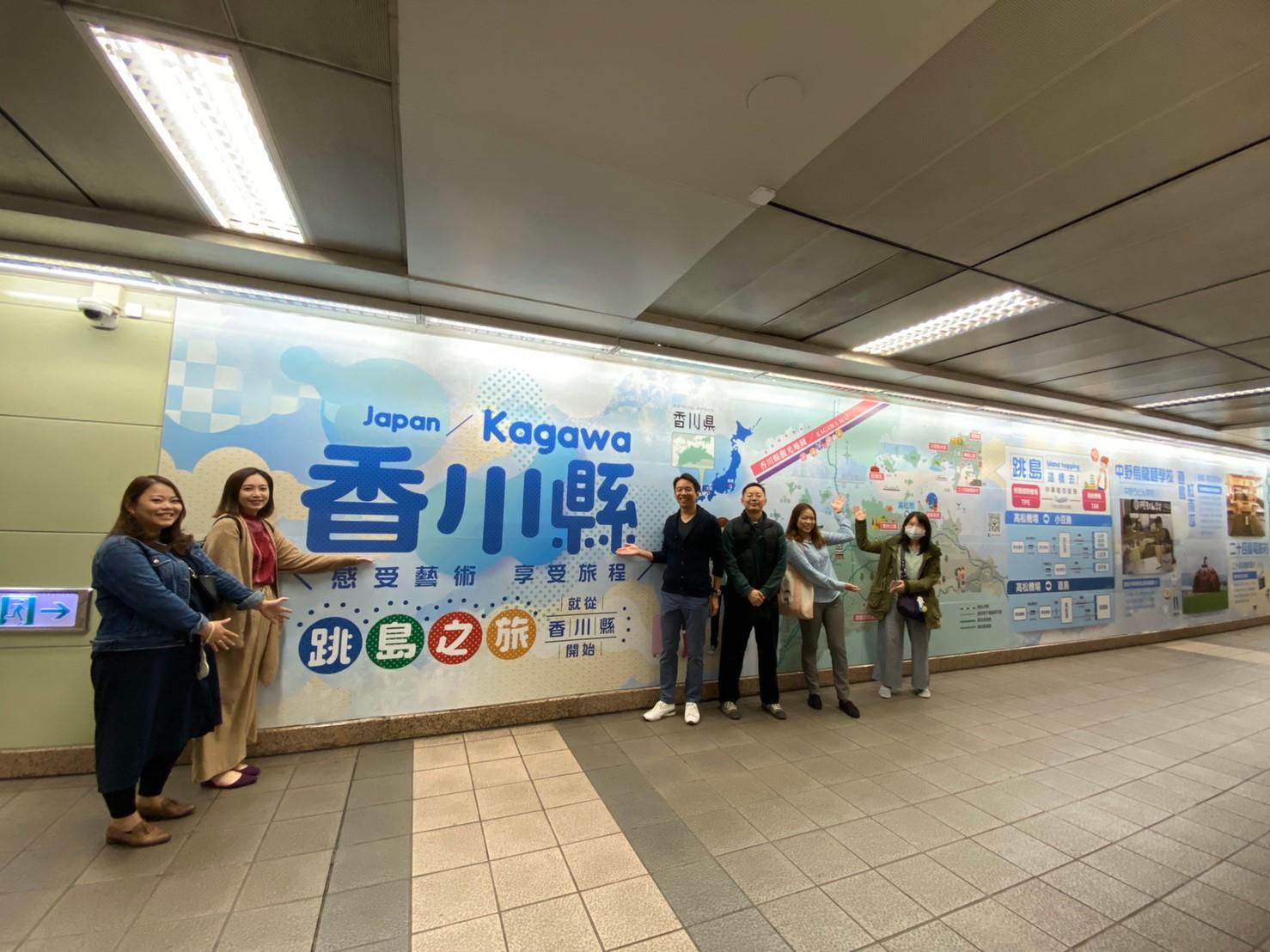 台北MRT中山駅改札前巨大広告 前半