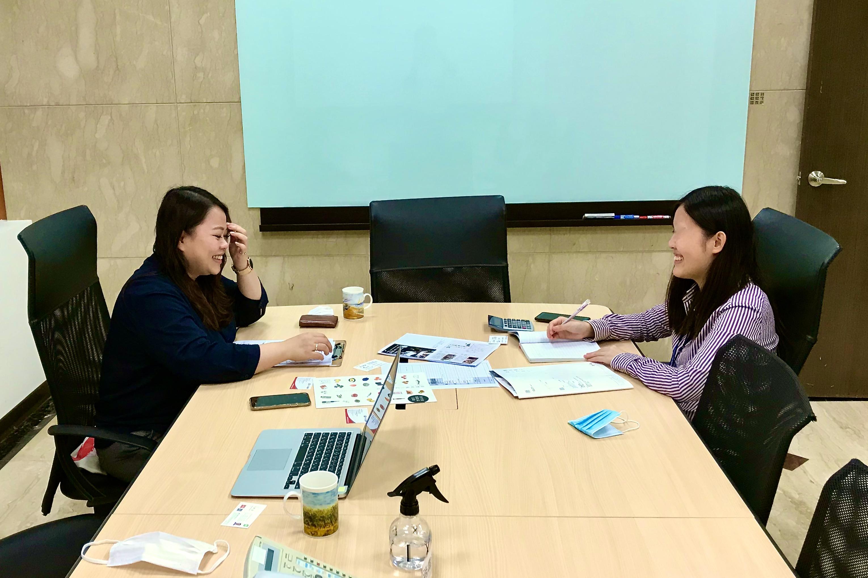 会議室で打ち合わせをする二人の女性
