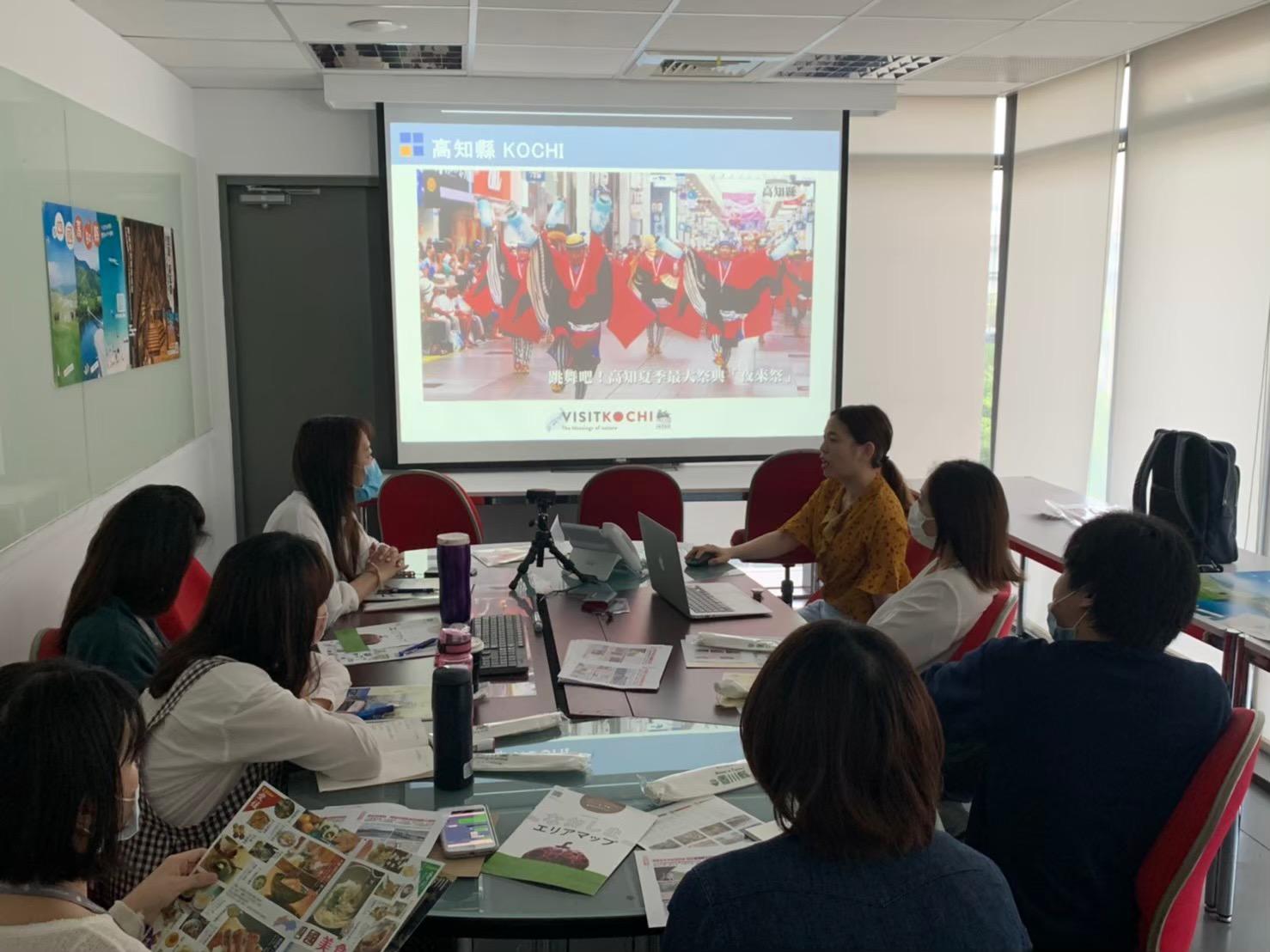 台湾旅行会社セールス、プロジェクターで説明