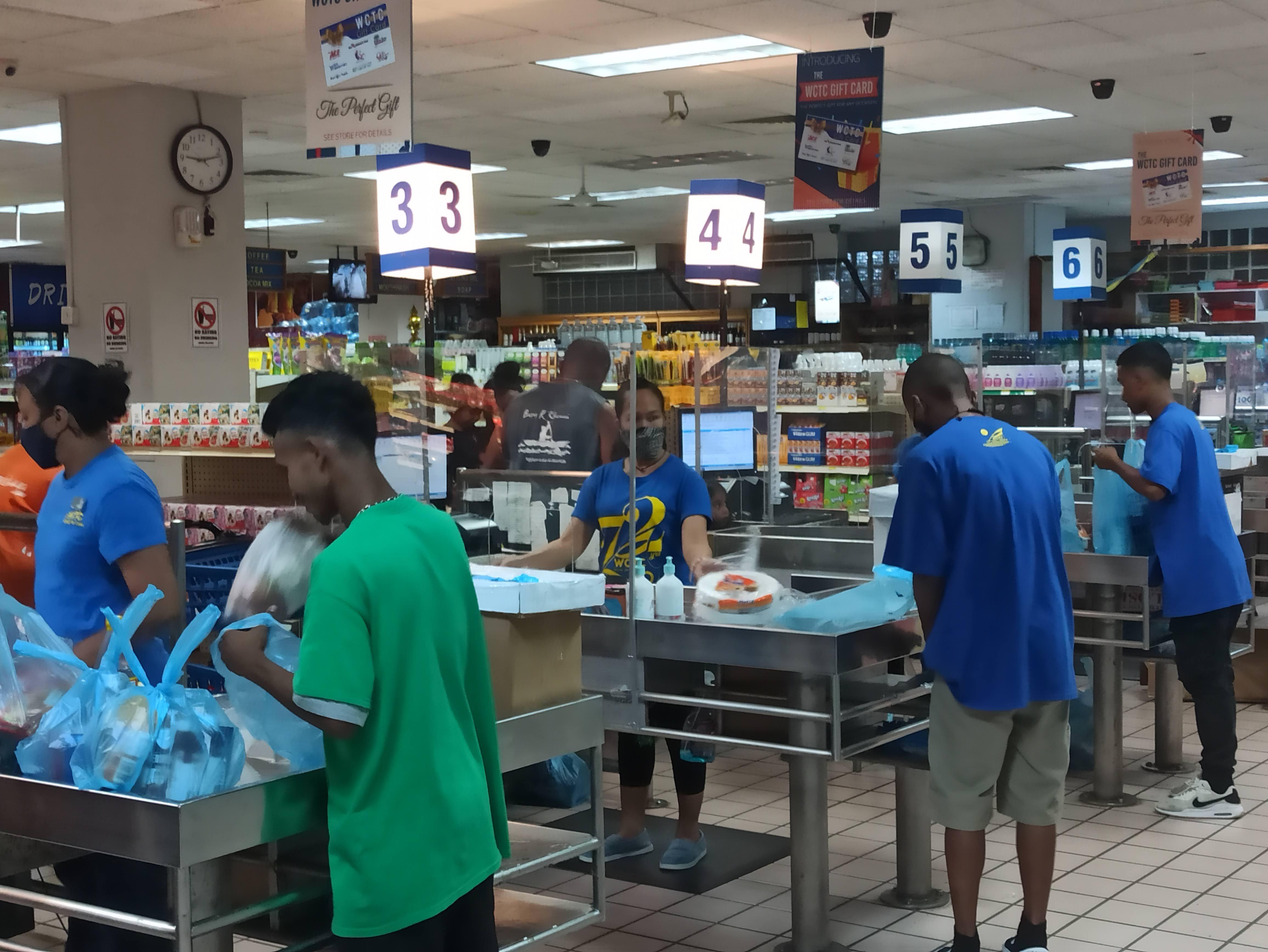 パラオショッピングセンターのレジ打ちと袋詰めスタッフ
