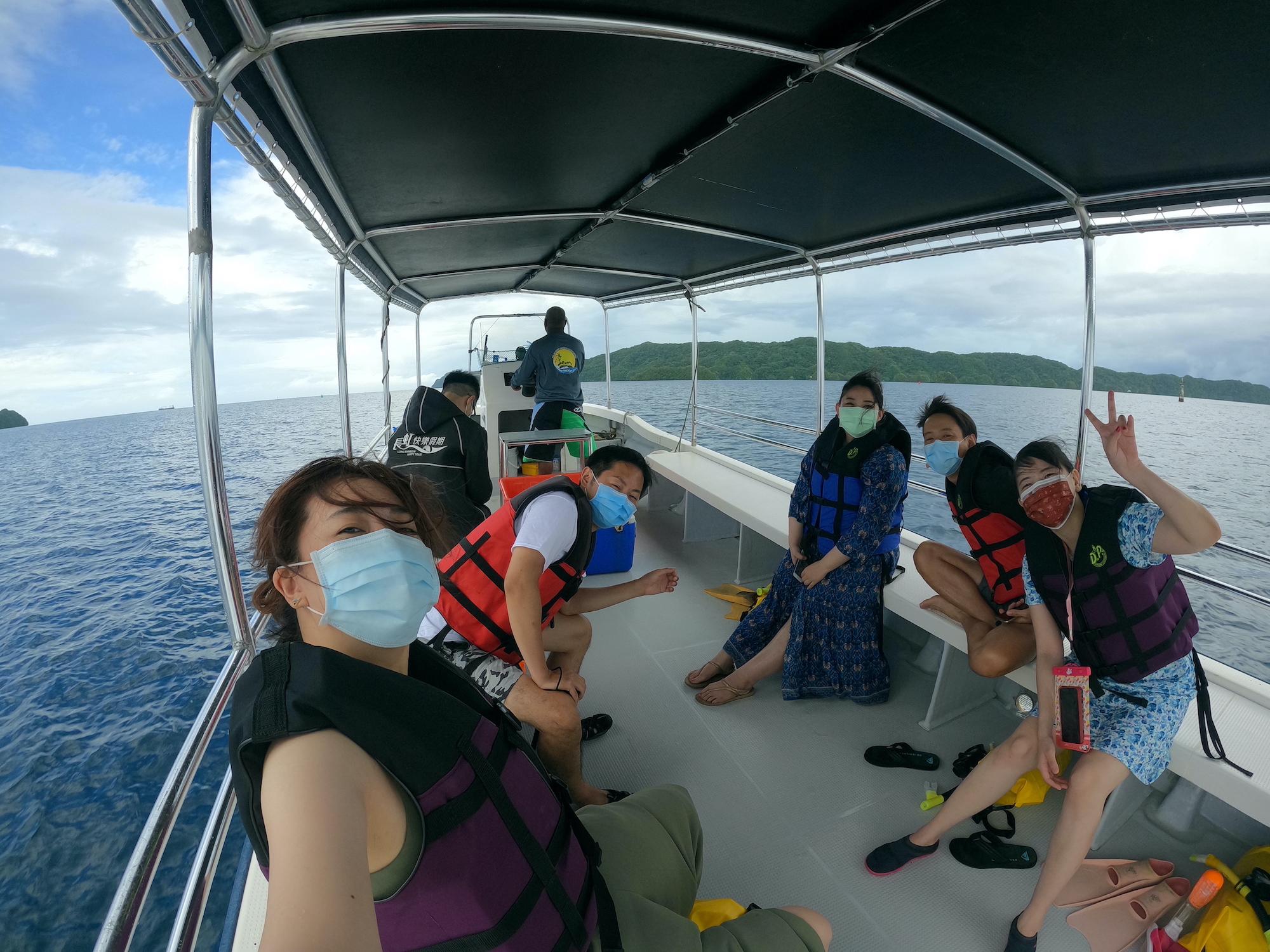 ボートの上でマスクしながら自撮り
