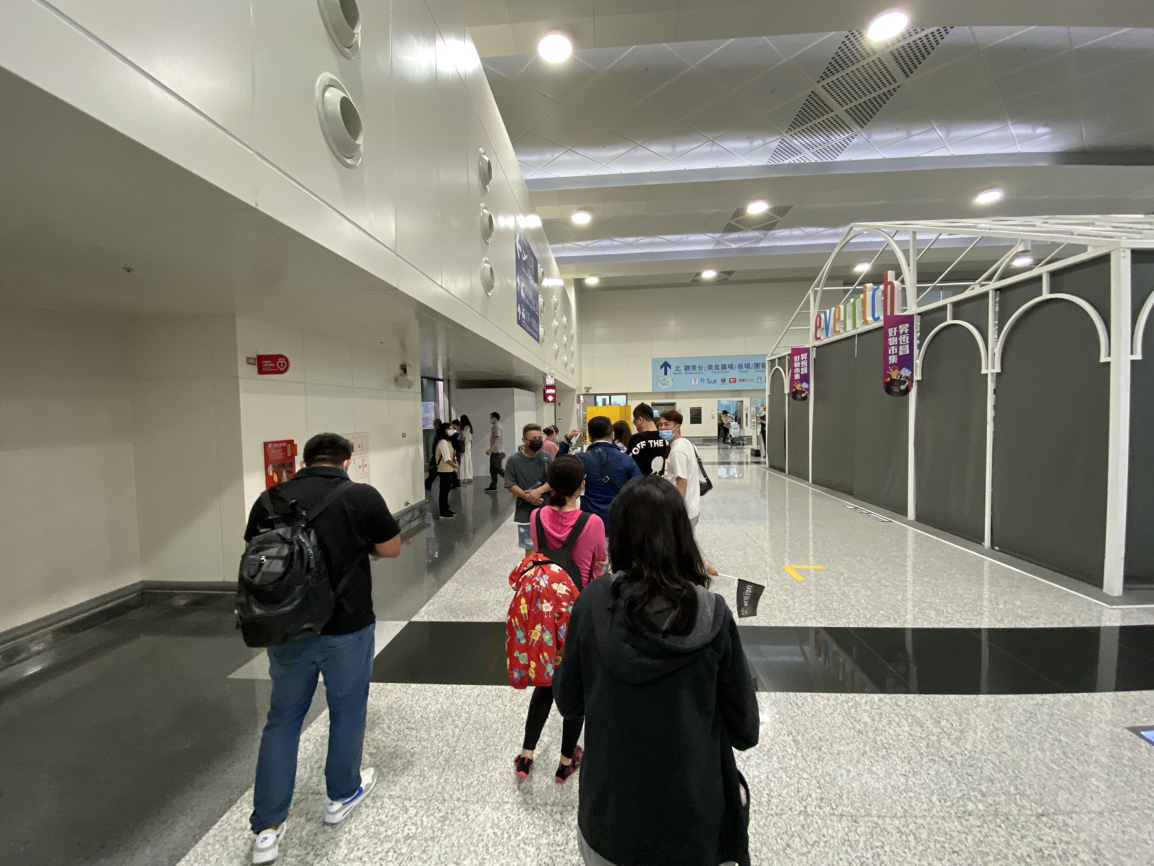 施設内で列に並ぶ人々