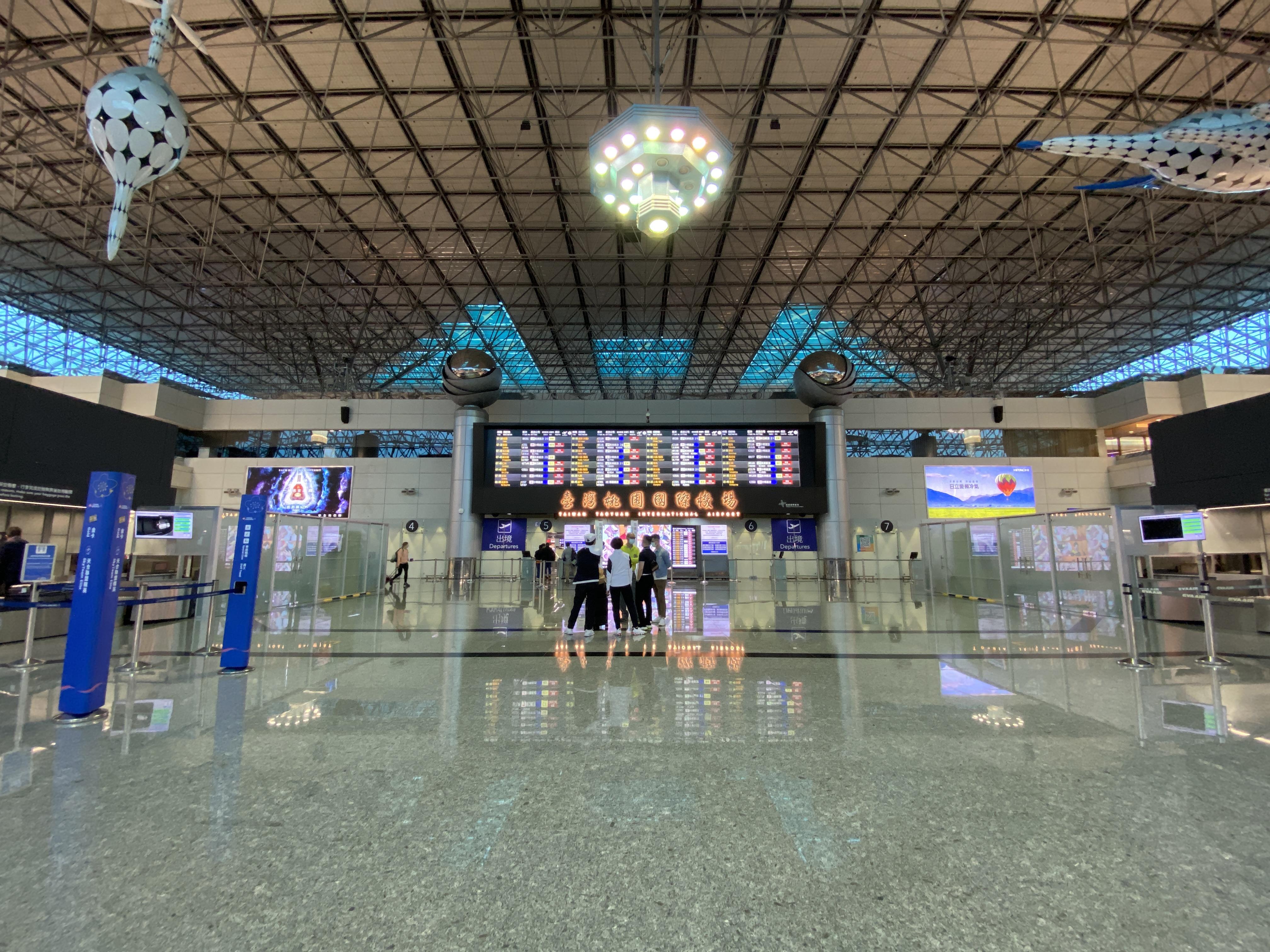 人気のない空港ターミナル