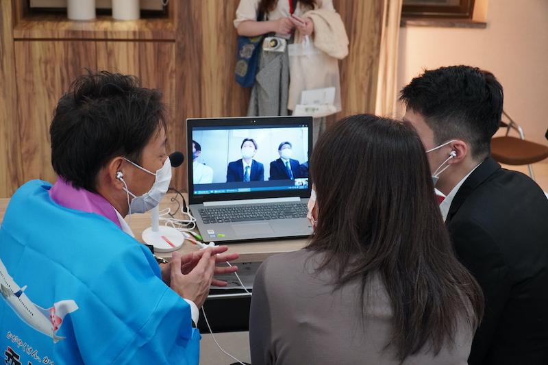 パソコンを通して3人の男女がオンライン商談会を行う